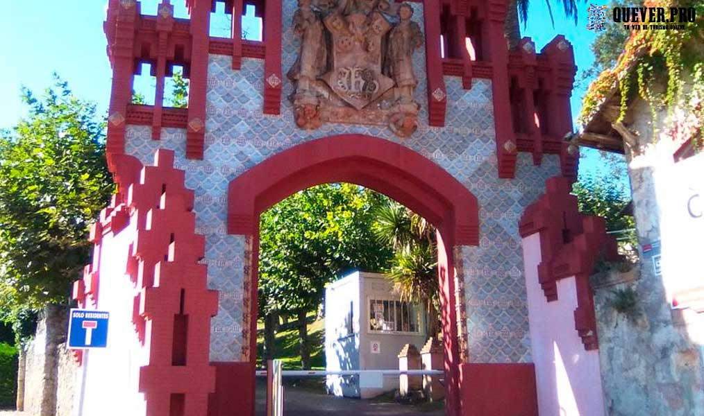 Puerta de la Antigua Universidad Pontificia Comillas
